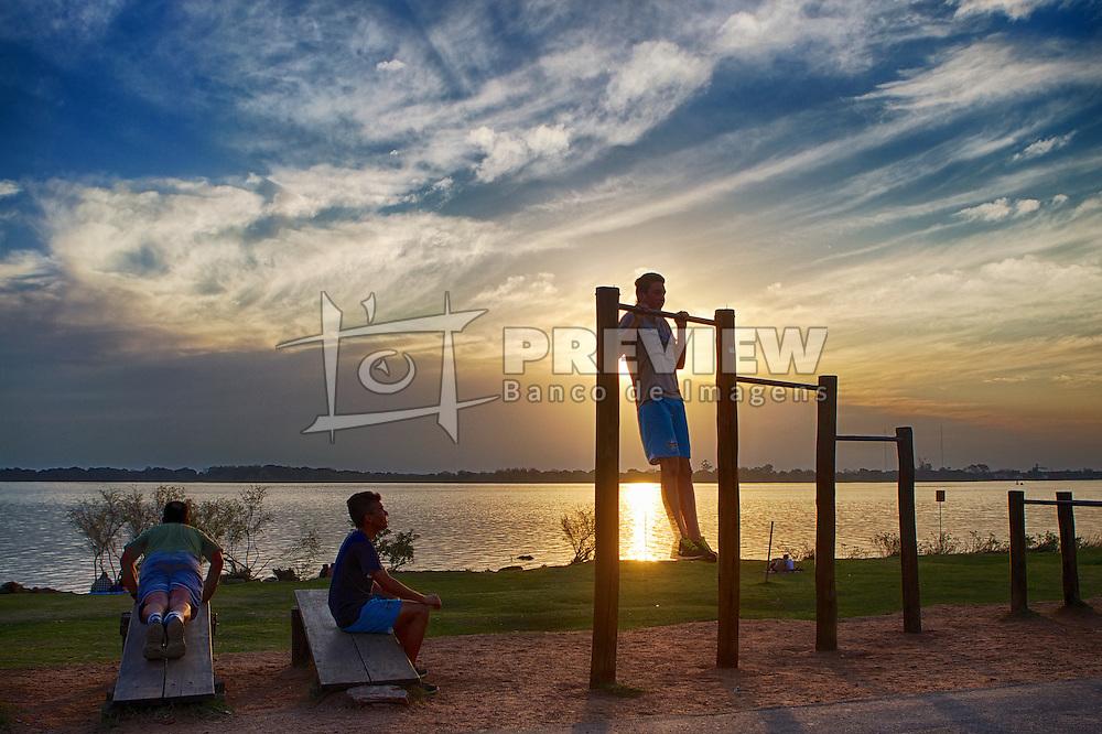 Jovens praticando exercício físico ao por-do-sol, na orla do Guaíba, em Porto Alegre. FOTO: Jefferson Bernardes/Preview.com