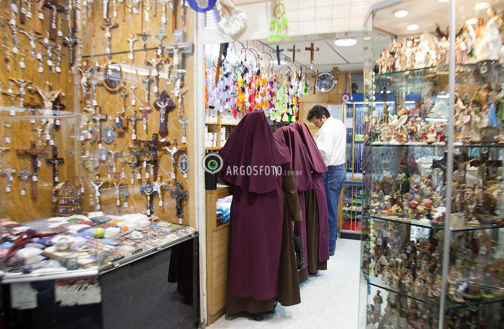 Freirasem Loja de artigos religiosos no centro historico da Cidade do Mexico./ Nuns in Religious goods store in the historic center of Mexico City. Mexico - 2010