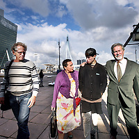 Nederland, Rotterdam , 11 september 2013.<br /> Vandaag diende  bij de rechtbank van Rotterdam (Wilhelminaplein 100-125) de rechtszaak over de schade-afwikkeling omtrent Thomas Carrotte. Thomas raakte zwaargewond bij de explosie van een woonboot op de Oudeschans. De verzekeraar doet een beroep op beperking aansprakelijkheid. De familie is daar uiteraard tegen. Thomas komt met zijn moeder Hortence Berkenveld en zijn vader Geoffrey naar de rechtbank. <br />  op de foto: Vader en moeder en thomas met links lopend woonbooteigenaar Hans Martin, die naast de ontplofte woonboot woont .<br /> Foto:Jean-Pierre Jans