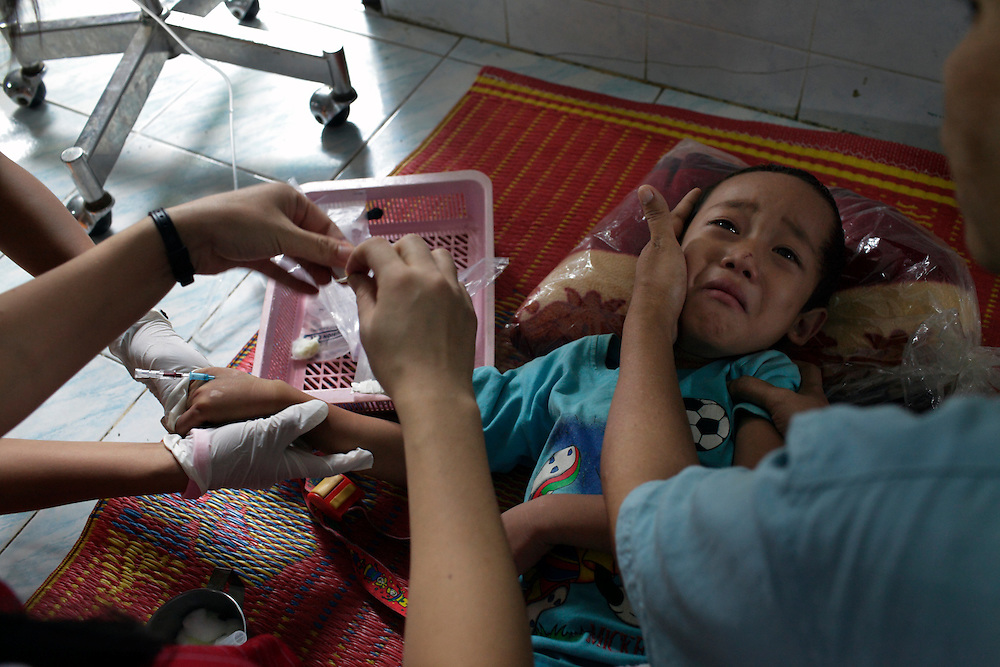 A suspected case of Dengue...Mae Tao Clinic in the city of Mae Sot, Thailand, is managed by burmese refugee staff and is the only chance in hundreds of km to be treated for the Karen people..Daily hundreds of them come from Burma crossing illegaly the border.