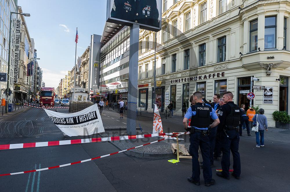 Polizisten betrachten am 10.06.2016 an dem ehemaligen Grenz&uuml;bergang Checkpoint Charlie in Berlin, Deutschland einen symbolischen Grenzzaun. Die Aktivisten die die Aktion initiiert haben demonstrieren damit gegen die Abschottungspolitik der EU und die geschlossenen Grenzen. Foto: Markus Heine / heineimaging<br /> <br /> ------------------------------<br /> <br /> Ver&ouml;ffentlichung nur mit Fotografennennung, sowie gegen Honorar und Belegexemplar.<br /> <br /> Bankverbindung:<br /> IBAN: DE65660908000004437497<br /> BIC CODE: GENODE61BBB<br /> Badische Beamten Bank Karlsruhe<br /> <br /> USt-IdNr: DE291853306<br /> <br /> Please note:<br /> All rights reserved! Don't publish without copyright!<br /> <br /> Stand: 06.2016<br /> <br /> ------------------------------Aktivisten bauen am 10.06.2016 an dem ehemaligen Grenz&uuml;bergang Checkpoint Charlie in Berlin, Deutschland einen symbolischen Grenzzaun auf. Die Aktivisten demonstrieren mit der Aktion gegen die Abschottungspolitik der EU  und die geschlossenen Grenzen. Foto: Markus Heine / heineimaging<br /> <br /> ------------------------------<br /> <br /> Ver&ouml;ffentlichung nur mit Fotografennennung, sowie gegen Honorar und Belegexemplar.<br /> <br /> Bankverbindung:<br /> IBAN: DE65660908000004437497<br /> BIC CODE: GENODE61BBB<br /> Badische Beamten Bank Karlsruhe<br /> <br /> USt-IdNr: DE291853306<br /> <br /> Please note:<br /> All rights reserved! Don't publish without copyright!<br /> <br /> Stand: 06.2016<br /> <br /> ------------------------------