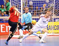 Fussball  International  FIFA  FUTSAL WM 2008   05.10.2008 Vorrunde Gruppe D Spain - Czech Republic Spanien - Tschechien MARCELO (li, ESP) schiesst auf das tschechische Tor. Torhueter Tomas MELLER (CZE) und Lukas RESETAR (re, CZE) koennen nichts machen.