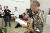 11 AUG 2003, KABUL/AFGANISTAN:<br /> Journalisten werden von einem Presseoffizier des deutschen Kontingents der International Security Assistance Force, ISAF, ueber die Lage unterrichtet, militaerischer Teil des Flughafens von Kabul<br /> IMAGE: 20030811-01-002<br /> KEYWORDS: Bundeswehr, Streitkraefte, Streitkräfte,   Journalist
