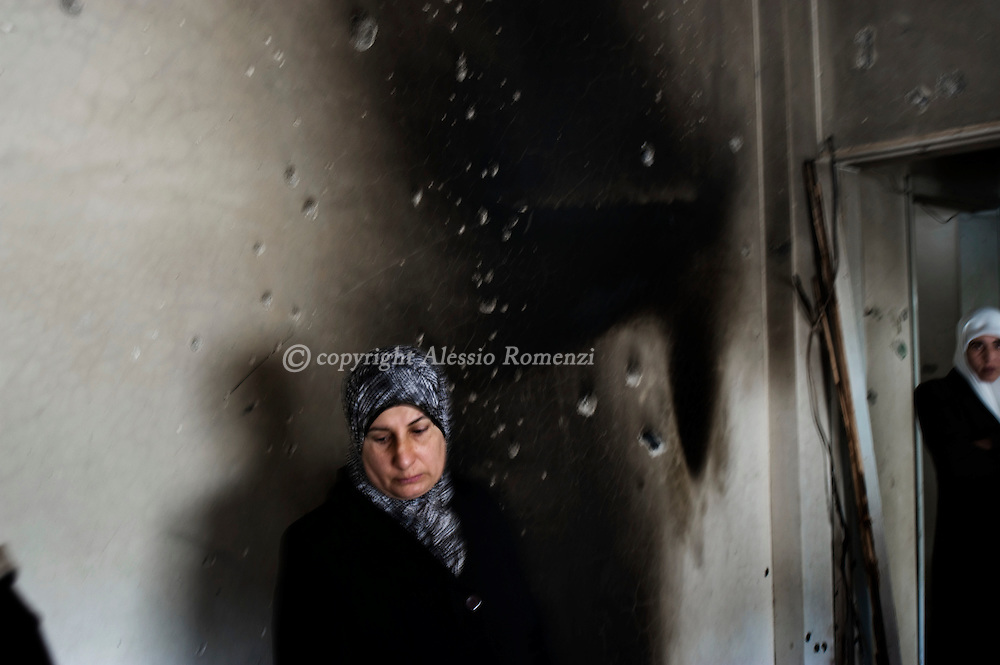 .Palestinian women stand in the damage house of Anan Subuh, who was killed by Israeli soldiers during a military operation, in the West Bank city of Nablus on December 26, 2009. Israeli forces stormed into the old city of Nablus, killing three Palestinians, including Subuh, from the western-backed president Mahmud Abbas's Fatah party, a Palestinian security official said. The incident follows the shooting death of an Israeli settler on Thursday when Palestinian gunmen opened fire on his vehicle in the West Bank..© ALESSIO ROMENZI