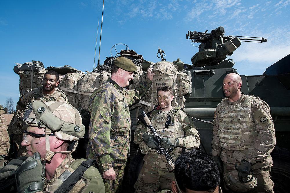 Finnish and U.S soldiers joined forces in Arrow exercise in Niinisalo, Finland / Lehtikuva 2016. Maavoimien komentaja, kenraaliluutnantti Seppo Toivonen (vihreä baretti) jututti yhdysvaltalaissotilaita  Stryker-vaunun edustalla. Arrow 16 -harjoituksen mediapäivä Niinisalossa. Harjoitukseen osallistuu Yhdysvaltain Euroopan maavoimajoukkojen 2. ratsuväkirykmentin moottoroitu jalkaväkikomppania.