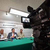Toluca, México.- (Mayo 08, 2018).- Odilón López Nava, delegado de la Cámara Nacional del Autotranportes de Pasaje y Turismo (CANAPAT) en el Estado de México, explico que el 40 por ciento de las 190 mil concesiones del transporte público en el Estado de México son ilegales, es decir, 70 mil concesiones están vencidas. Agencia MVT / Crisanta Espinosa.
