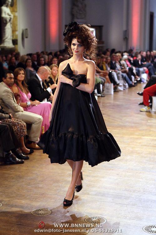 NLD/Amsterdam/20070917 - Modeshow najaar 2007 Percy Irausguin, model Kim Feenstra op de catwalk, mannequin