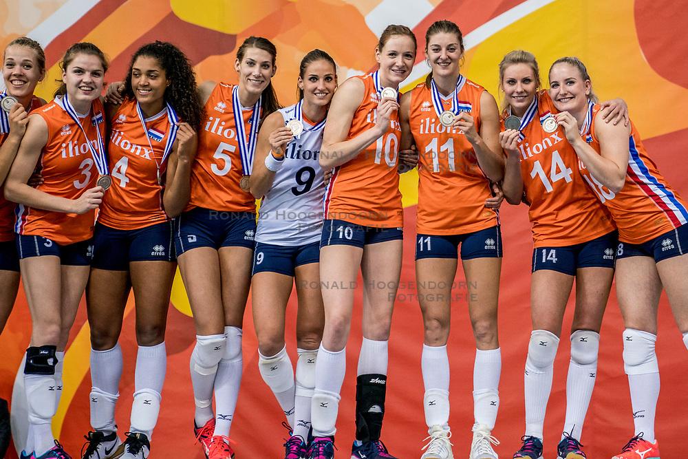 01-10-2017 AZE: Final CEV European Volleyball Nederland - Servie, Baku<br /> Nederland verliest opnieuw de finale op een EK. Servi&euml; was met 3-1 te sterk / Team Nederland pakt de zilveren medaille, Robin de Kruijf #5 of Netherlands, Myrthe Schoot #9 of Netherlands, Lonneke Sloetjes #10 of Netherlands, Anne Buijs #11 of Netherlands, Laura Dijkema #14 of Netherlands, Marrit Jasper #18 of Netherlands, Celeste Plak #4 of Netherlands, Yvon Belien #3 of Netherlands