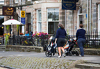 ST. ANDREWS -Schotland-GOLF. Straatbeeld . Streetview. Golfers op straat. COPYRIGHT KOEN SUYK