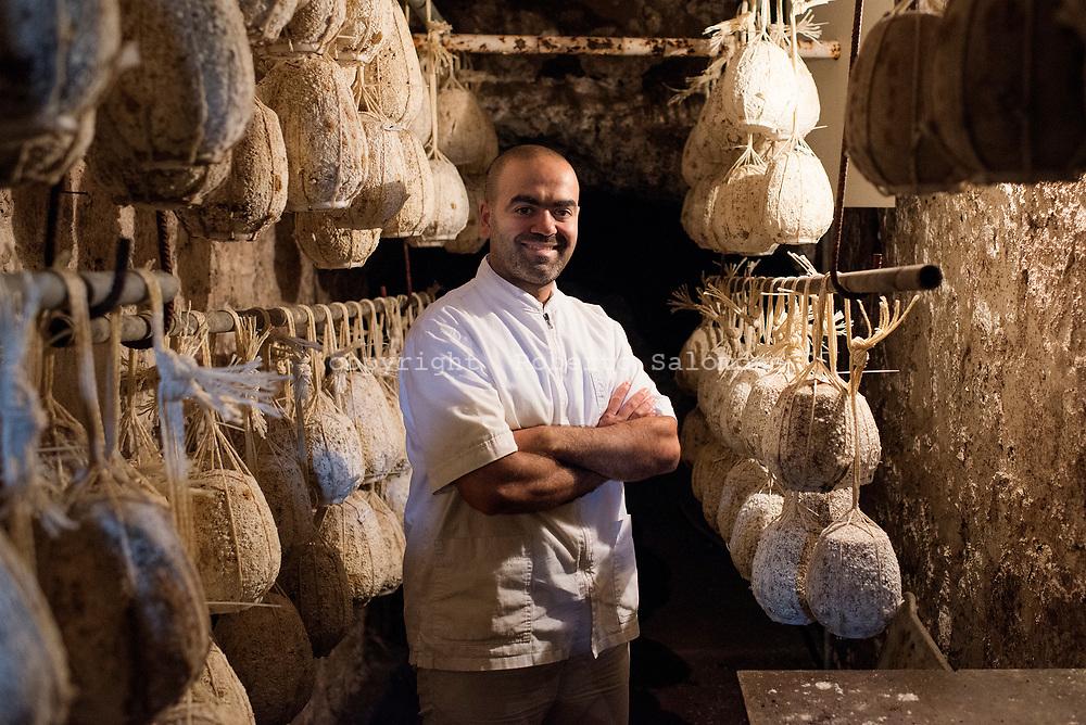 Seiano, Italia - Fernando De Gennaro, proprietario del Caseficio De Gennaro a Seiano. Il caseificio produce latticini di primissima qualit&agrave; tra cui il provolone del monaco ed il fiordi latte.<br /> Ph. Roberto Salomone