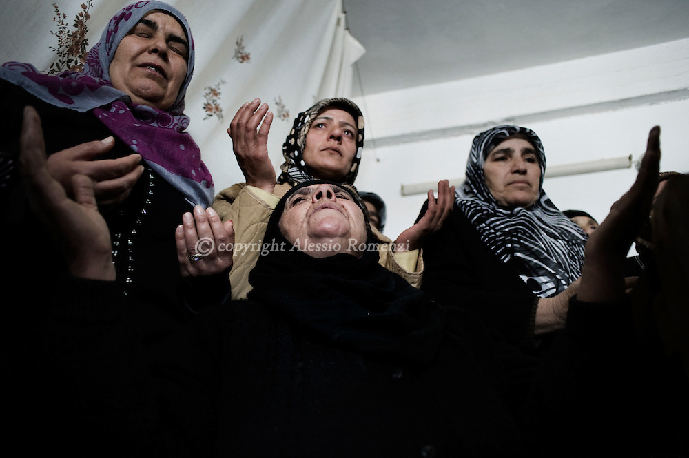 SYRIA - Al Qsair. Siryans women mourning the body of a man kidnapped by shabiha (militias of the regime) during three days. He was tortured and they abandoned the body in a main street of Al  Qsair, on February 14, 2012. ALESSIO ROMENZI