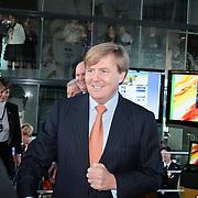 NLD/Hilversum/20110208 - Prins Willem Alexander aanwezig bij de Gouden Apenstaarten 2011, Z.K.H. Prins Willem Alexander in gesprek met de genomineerden van de website's