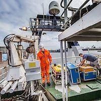 Nederland, Amsterdam, 7 juli 2016.<br /> Milieuclub Oceana ligt met haar onderzoeksschip Neptune in de Coenhaven van Amsterdam. Ze hebben geld gekregen van de postcodeloterij en gaan twee maanden op de Noordzee onderzoek doen hoe de visstand verbeterd zou kunnen worden.<br /> Op de foto: De voorbereidingen zijn in volle gang.<br /> Apparatuur wordt aan boord getakeld.<br /> <br /> Netherlands, Amsterdam, July 7, 2016.<br /> Environmental Club Oceana with her research vessel Neptune docked in the Coenhaven harbour of  Amsterdam. They have received money from the postcode lottery and will do research in the North Sea during two months to find out how fish stocks could be improved. On the photo: On the photo: Preparations are in full swing. Equipment is lifted on board.<br /> <br /> Foto: Jean-Pierre Jans