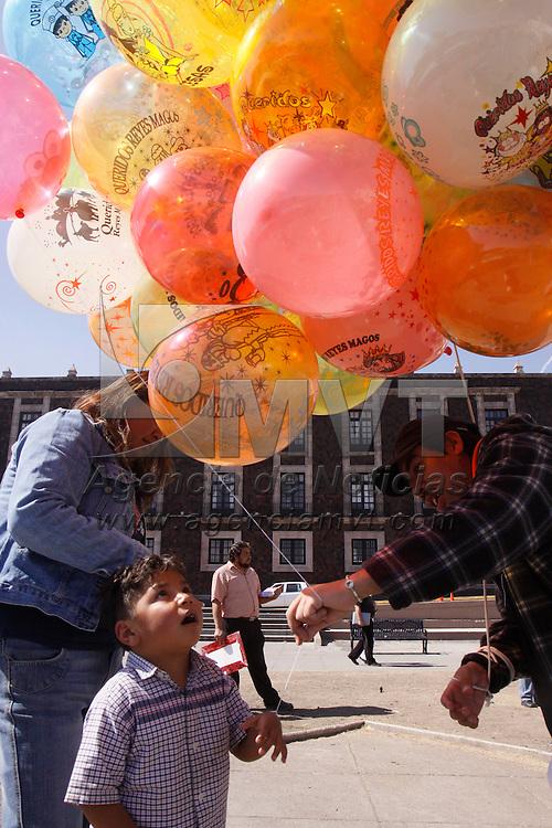 TOLUCA, México.- Niños de todas las edades comienzan a comprar sus globos para poder mandar su carta a los Reyes Magos y poder recibir sus regalos este 6 de enero, para los globeros este día aún sigue flojo en ventas pero esperan que en las próximas horas puedan mejorarlas. Agencia MVT / Crisanta Espinosa. (DIGITAL)