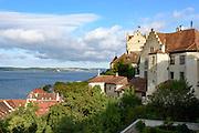 Blick über Meersburg auf den Bodensee und Insel Mainau im Hintergrund, Überlinger See, Baden-Württemberg, Deutschland