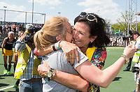 AMSTELVEEN - Den Bosch voorzitter Mieke van den Akker (r)  met manager Pauline Jansen.  na de gewonnen  finale inde hoofdklasse hockeycompetitie tussen de vrouwen van Amsterdam en Den Bosch .  COPYRIGHT KOEN SUYK