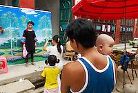 Chine. Province du Guizhou. Marche dans les environs de Congjiang. Miao Noir. Photographe local. // China. Guizhou province. Market around Congjiang. Black Miao ethnic group. Local photographer.