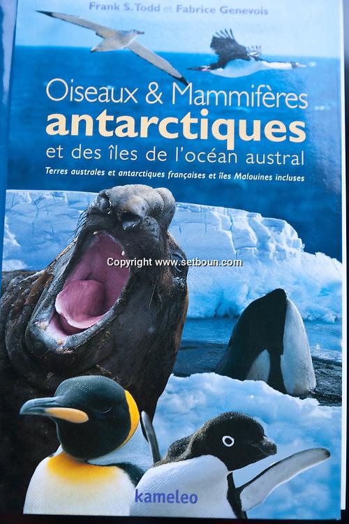 Antactica. shoping on the boat - le Diamant - de la compagnie des iles du Ponant  South Shetland islands - Antarctica  <br /> /<br /> boutique shoping sur le bateau - le Diamant - de la compagnie des iles du Ponant  .<br /> Shopping à bord<br /> Livre «Oiseaux et mamifères antarctiques et des îles de l'océan austral», éd. Kameleo, 48 €.<br /> Ceinture blanche Le Diamant, 28 €<br /> Veste polaire Le Diamant, 150 €<br /> Tasse Mug manchots de l'Antarctique, 12 €   - Antarctique <br /> /<br /> ANTAR095