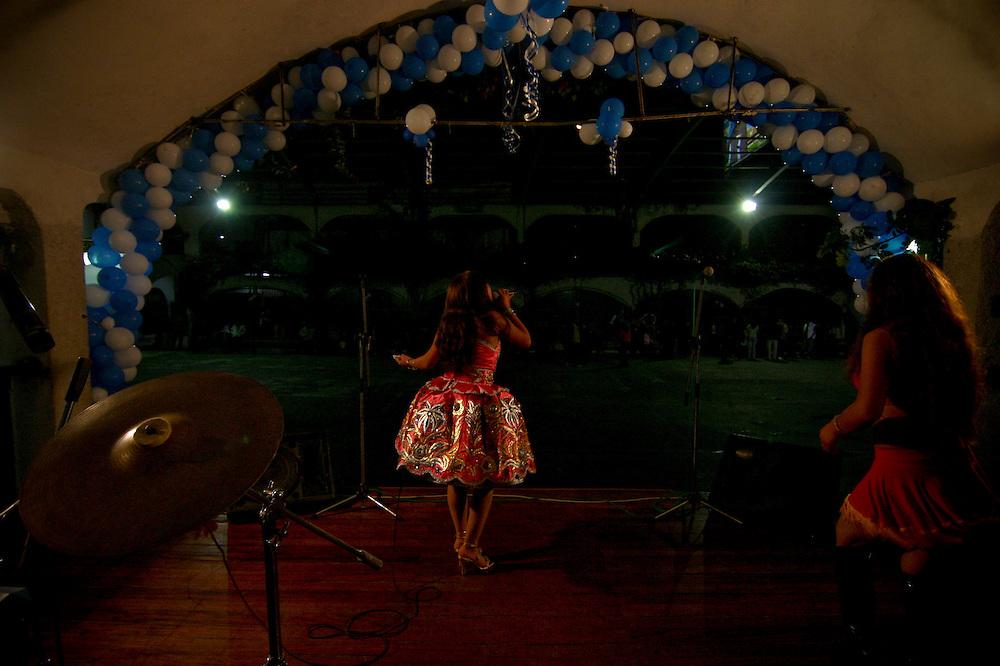 Yanet Acuña canta al comienzo de un festival de musica huayno. Por lo general las cantantes adolescentes son las primera en aparecer,en este caso ante una escasa cantidad de personas.