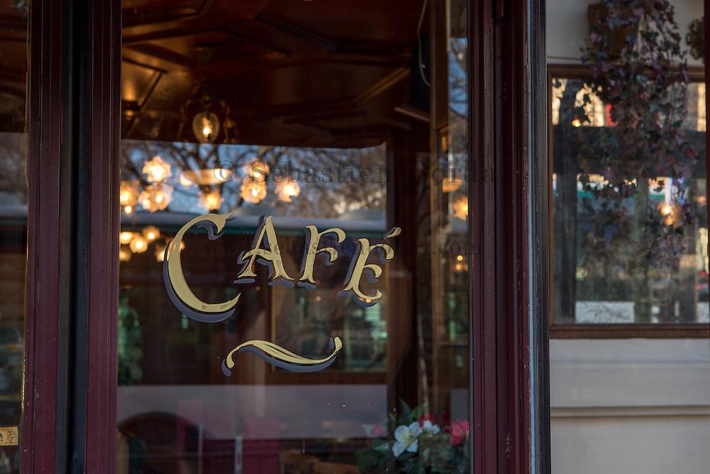 Inscription café  //  Café writing on the entrance door
