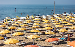 THEMENBILD - leere Liegen und Sonnenschirme am Sandstrand. Lignano ist ein beliebter Badeort an der italienischen Adria-Küste, aufgenommen am 16. Juni 2019, Lignano Sabbiadoro, Italien // empty sunbeds and parasols on the sandy beach. Lignano is a popular seaside resort on the Italian Adriatic coast on 2019/06/16, Lignano Sabbiadoro, Italy. EXPA Pictures © 2019, PhotoCredit: EXPA/ Stefanie Oberhauser