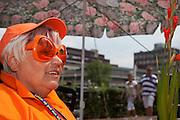 Een vrouw juicht naar de lopers van de Nijmeegse Vierdaagse tijdens de laatste dag langs de Via Gladiola, zoals de Sint Annastraat is omgedoopt tijdens het wandelevenement.