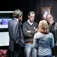 Nederland,Amsterdam ,8 oktober 2008..Onder de naam Room for Discussion: the credit crisis from different perspectives hebben studenten van de Faculteit Economie en Bedrijfskunde (FEB) van de UvA een 'huiskamer' ingericht waarin zij de stand van zaken rond de kredietcrisis bijhouden, en met elkaar en met docenten in discussie kunnen gaan. De huiskamer bevindt zich in de E-hal van Roetersstraat 11..3e van rechts is Wouter J. den Haan (or Denhaan)  professor  economie aan de Universiteit van Amsterdam. .Links Arnoud Boot  hoogleraar Ondernemingsfinanciering en financiële markten en directeur Amsterdam Center for Law & Economics van de Universiteit van Amsterdam