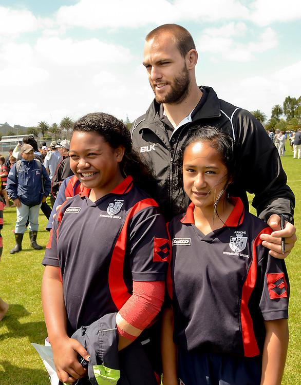 Kiwi captain Simon Mannering with Kaikohe Intermediate School contestants at a Northland primary schools rugby league tournament at Kennsington Park, Whangarei, New Zealand, Thursday, October 30, 2014.  Credit:SNPA / Malcolm Pullman