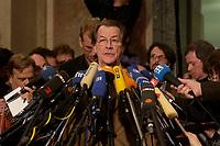 14 DEC 2003, BERLIN/GERMANY:<br /> Franz Muentefering, SPD Fraktionsvorsitzender, waehrend einem Pressestatement zum Verlauf der Sitzung des Vermittlungsausschusses, Bundesrat<br /> IMAGE: 20031214-01-125<br /> KEYWORDS: Mikrofon, microphone