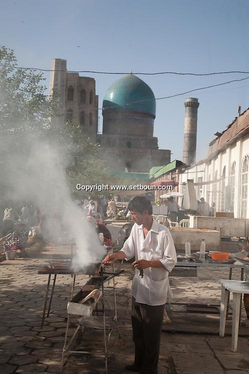 Market next to Bibi Khanum  complex, mosque and coranic schools  Samarkand - Uzbekistan  .///.le marche  a cote de Bibi Khanum. ensemble des mosquees et ecole coranique, XV VII  Samarcande - Ouzbekistan .///.UZB56223