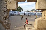 Ancien terrain de football transformé en camp de déplacés dans le quartier de l'Eglise Sainte-Thérèse à Pétionville.