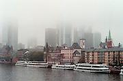 Duitsland,Frankfurt, oktober 2000Aanzicht van de stad vanaf een brug over de Main.Europees financieel centrum, banken, geld, EuroFoto: Flip Franssen/Hollandse Hoogte