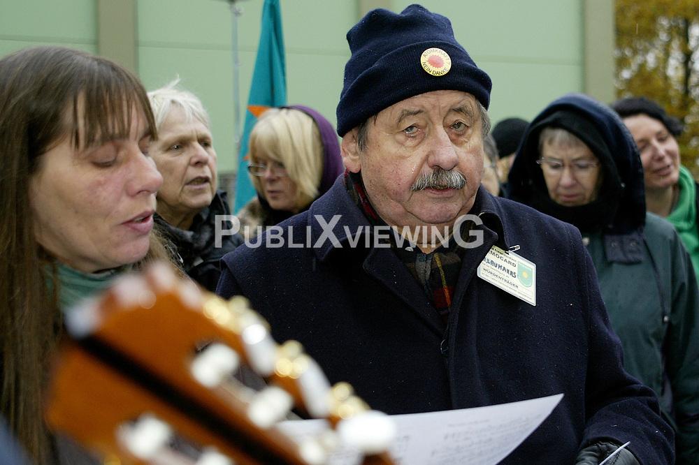 Zur w&ouml;chentlichen Stuhlprobe  am 31. Oktober 2010 am Verladekran in Dannenberg kamen etwa 150 Atomkraftgegner. Sie sangen Lieder und tanzten zu den Rythmen der wendl&auml;ndischen Sambagruppe Xamba.<br />  <br /> <br /> Ort: Dannenberg<br /> Copyright: Karin Behr<br /> Quelle: PubliXviewinG