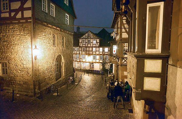 Duitsland, Marburg, 1-12-2012Kerstmarkt in het oude historische centrum, binnenstad van deze stad in de Duitse deelstaat Hessen. Er wordt gluhwein verkocht. Een groepje mensen heeft de luwte opgezocht.Foto: Flip Franssen/Hollandse Hoogte