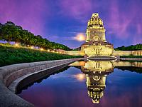 Das Völkerschlachtdenkmal erinnert an die Völkerschlacht, die Mitte Oktober 1813 vor den Toren Leipzigs stattfand, und ehrt die Toten der Schlacht. Der größte Denkmalsbau der Welt gehört zu den Sehenswürdigkeiten Leipzigs und befindet sich am südöstlichen Ende der Straße des 18. Oktober.