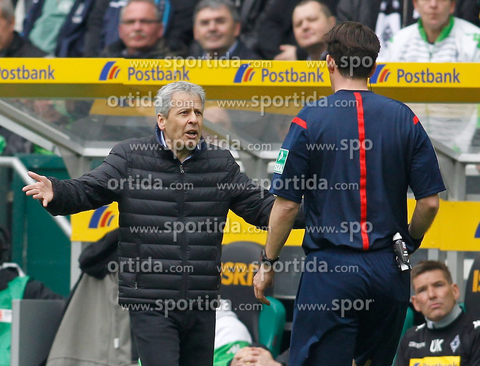 11.04.2015, Borussia Park, Moenchengladbach, GER, 1. FBL, Borussia Moenchengladbach vs Borussia Dortmund, 28. Runde, im Bild Trainer Lucien Favre (Borussia Moenchengladbach) diskutiert mit Schiedsrichter Manuel Graefe (Berlin) // 15054000 during the German Bundesliga 28th round match between Borussia Moenchengladbach and Borussia Dortmund at the Borussia Park in Moenchengladbach, Germany on 2015/04/11. EXPA Pictures &copy; 2015, PhotoCredit: EXPA/ Eibner-Pressefoto/ Sch&uuml;ler<br /> <br /> *****ATTENTION - OUT of GER*****