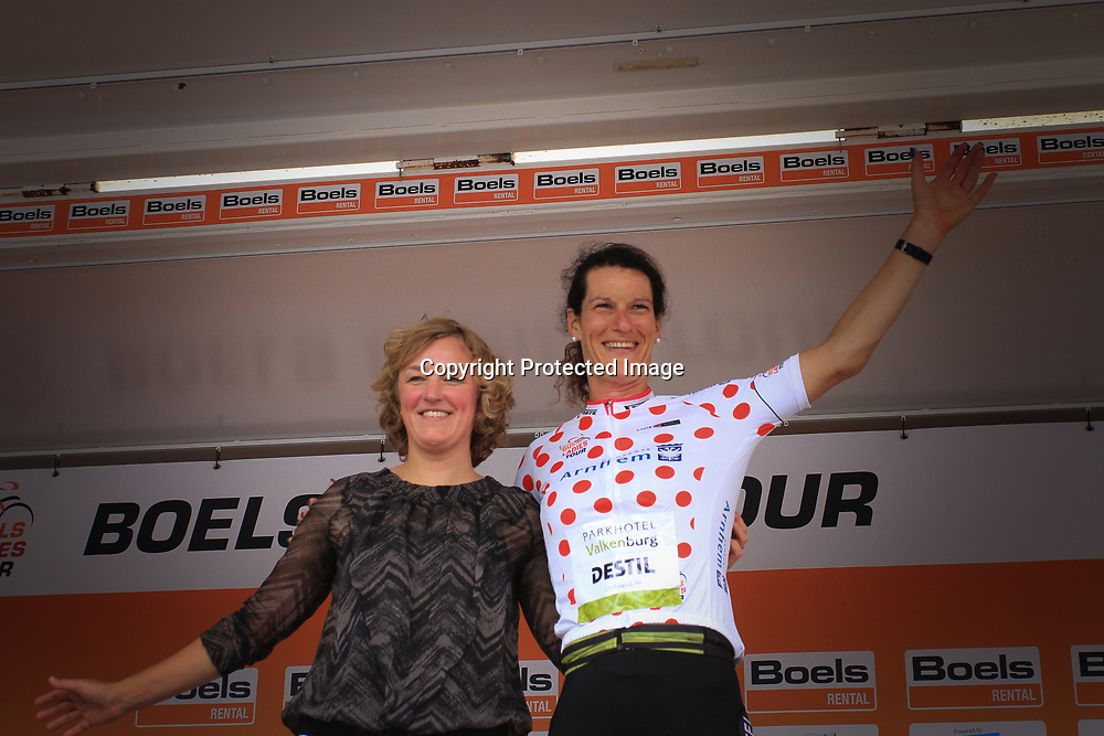 30-08-2017: Wielrennen: Boels Ladies Tour: Arnhem  <br />Natalie van Gogh kreeg de bergtruii vna oud renster Chantal Beltman