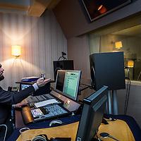 Nederland, Amsterdam, 8 april 2016.<br /> Freelance journaliste Marte van Santen tijdens de workshop stemacteren bij geluidsstudio Inter Voice in Amsterdam<br /> <br /> <br /> Foto: Jean-Pierre Jans