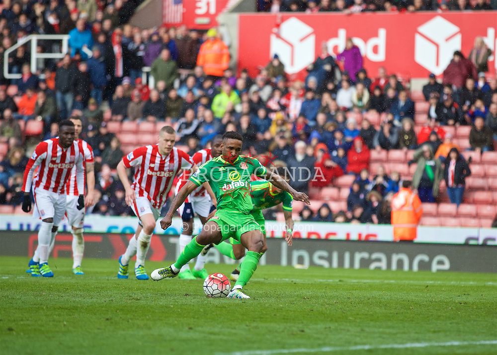 STOKE-ON-TRENT, ENGLAND - Saturday, April 30, 2016: Sunderland's Jermain Defoe scores an injury time equalising goal from a penalty kick against Stoke City during the FA Premier League match at the Britannia Stadium. (Pic by David Rawcliffe/Propaganda)