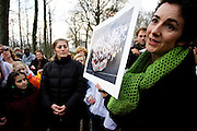 Femke Halsema biedt de asielzoekende familie Masaieva in het asielzoekcentrum in Apeldoorn een Valentijnskaart met de tekst &quot;Wees Welkom!&quot; aan.<br /> <br /> Femke Halsema is presenting a Valentine's card to the asylum seekers family Masaieva in Apeldoorn