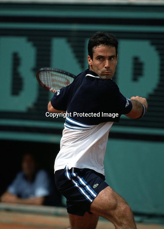 Alex Corretja (ESP),Tennis,French Open1999,Grand Slam Turnier,Paris, HF,  Aktion,action,Rueckhand,Halbformat,