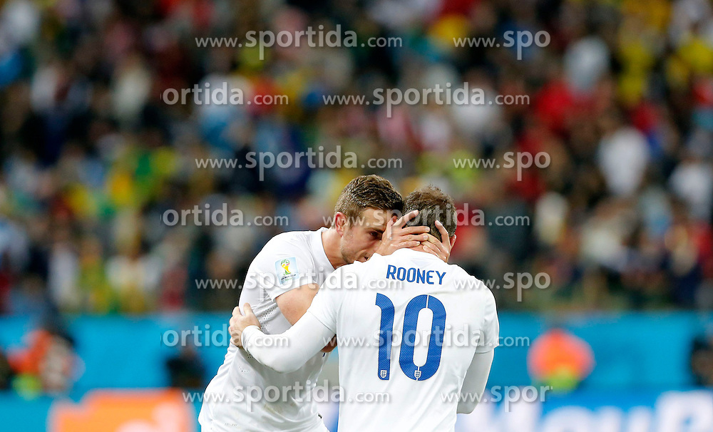 19.06.2014, Arena de Sao Paulo, Sao Paulo, BRA, FIFA WM, Uruguay vs England, Gruppe D, im Bild England's Wayne Rooney (front) celebrates with his teammate Jordan Henderson // during Group D match between Uruguay and England of the FIFA Worldcup Brasil 2014 at the Arena de Sao Paulo in Sao Paulo, Brazil on 2014/06/19. EXPA Pictures &copy; 2014, PhotoCredit: EXPA/ Photoshot/ ZHOU LEI<br /> <br /> *****ATTENTION - for AUT, SLO, CRO, SRB, BIH, MAZ only*****