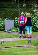 LAGE VUURSCHE - mensen staan bij het graf van prins friso  . Zondag is het vijf jaar geleden dat prins Friso, tweede zoon van koningin Beatrix en wijlen prins Claus, op 44-jarige leeftijd overleed. Hij liep hersenbeschadiging op na een ski-ongeval in Lech, Oostenrijk en overleed op 12 augustus 2014. copuyright robij utrecht/michelutrecht