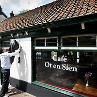 Nederland, Amsterdam Noord , 13 mei 2011..Paula en Samir, de nieuwe eigenaren van cafe Ot en Sien aan de Buikslotermeerweg..Foto:Jean-Pierre Jans