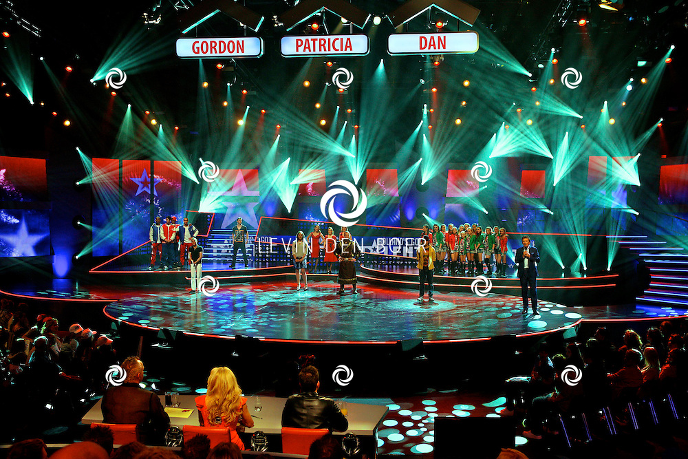 HILVERSUM - In studio 22 is de 2e liveshows begonnen van Hollands Got Talent.  Met op de foto alle deelnemers wachtend op de uitslag van de tweede liveshow van Hollands Got Talent. FOTO LEVIN DEN BOER - PERSFOTO.NU