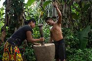 Jóvenes pilando arroz, Comunidad indígena La Chunga, Comarca Embera – Wounaan en la Provincia de Darién, Panamá.  La Chuga, ubicada en el  Rio Sambu, forma parte del corredor biológico de Bagres con sus inmensos bosques tropicales.
