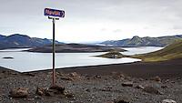 Skilti við Langasjó sem vísar til Fögrufjalla. Náttstaður í baksýn.