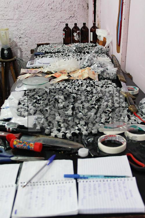 SÃO PAULO,SP,26 AGOSTO 2013 - REFINARIA DROGAS - Policias da Força Tatica do 21º Batalhão estouraram na tarde de hoje (26)  uma refinaria de drogas que funcionava na  favela da Vila Prudente na Rua Dianopolis uma pessoa foi presa o casa foi encaminhado para o 56ºDP na Vila Alpina FOTO ALE VIANNA - BRAZIL PHOTO PRESS.
