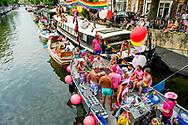 AMSTERDAM - <br /> AMSTERDAM - Deelnemers aan de botenparade door de Amsterdamse grachten. De jaarlijkse Canal Parade is onderdeel van de Amsterdam Gay Pride. Tijdens dit evenement vieren lesbiennes, homo's, biseksuelen en transgenders (LHBT) dat ze mogen zijn wie ze zijn en mogen houden van wie ze willen. . copyright robin utrecht