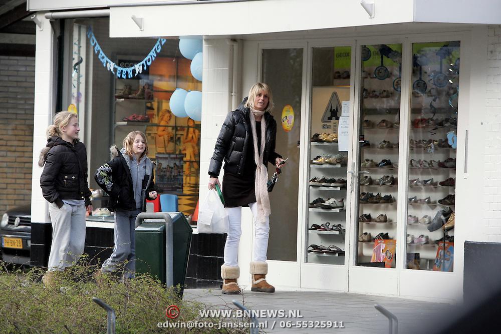 NLD/Bussum/20080324 - Heleen Kolff, partner Sander Vahle haalt eten met haar kinderen in Bussum